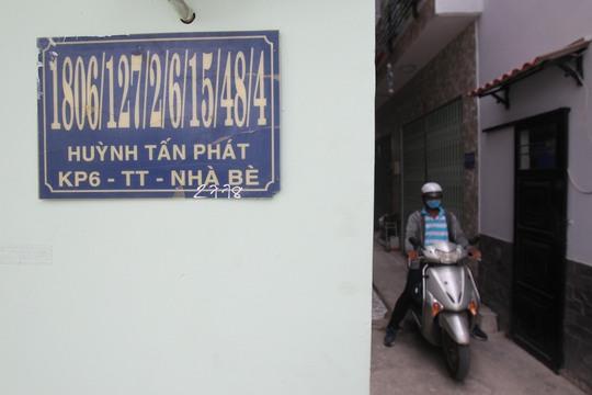 """Trong hẻm 1806 đường Huỳnh Tấn Phát có hàng chục căn nhà """"đeo"""" dãy số nhà dài dằng dặc đến mức chủ nhà cũng không thể nhớ nổi."""