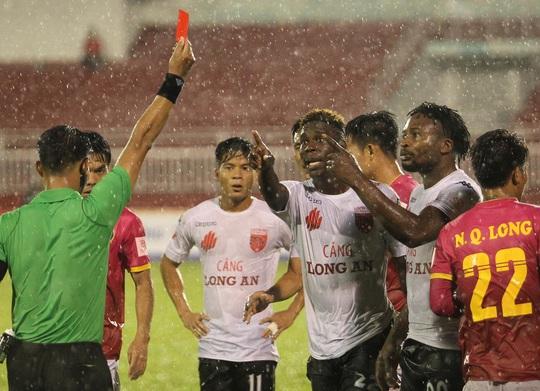 Chiếc thẻ đỏ của Oseni được xem là bước ngoặt khi đội Sài Gòn tận dụng ưu thế hơn người và thắng đậm