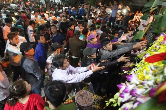 Nhiều người không tranh được lộc chỉ muốn đến xin một nhành hoa cúng để cầu mong bình yên, may mắn đến cho gia đình.