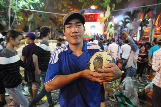 Anh Minh may mắn khi giành được trái dưa còn nguyên vẹn sau khi xô giàn