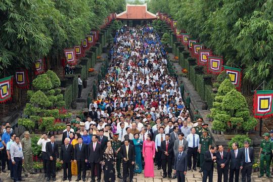 Hàng ngàn người dân TP HCM cùng đến dự lễ giỗ tổ.