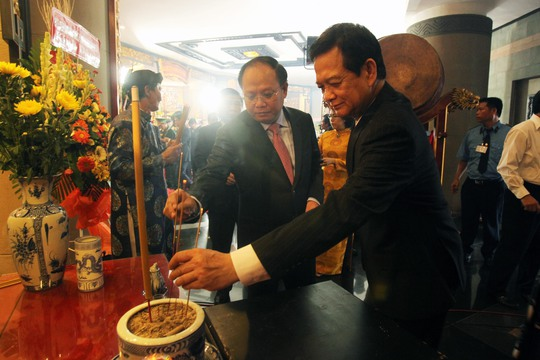 Nguyên Thủ tướng Nguyễn Tấn Dũng thắp hương tưởng niệm các vua Hùng