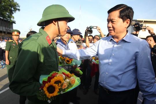 Bí thư Thành ủy TP HCM Đinh La Thăng tặng hoa, thăm hỏi, động viên các tân binh trước giờ lên đường làm nhiệm vụ.