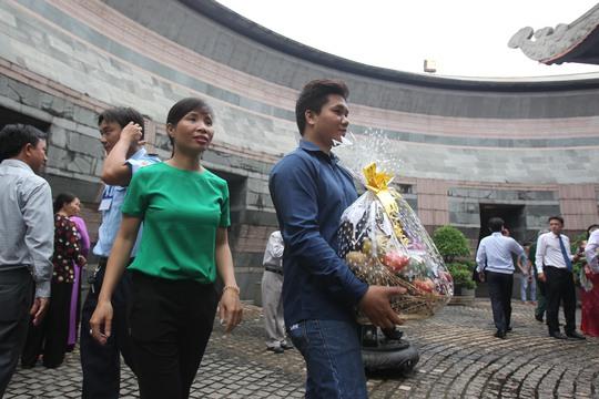 Anh Đinh Công Yên (30 tuổi) quê ở Phú Thọ hiện đang sống và làm việc tại TP HCM mang hoa quả dâng lên làm lễ giỗ
