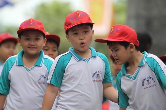 Các em học sinh trường tiểu học Ngô Quyền cũng đến dâng hương.