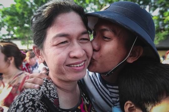 Anh Cao Hùng Liêm hôn tạm biệt mẹ trong ngày mình bước vào đời lính
