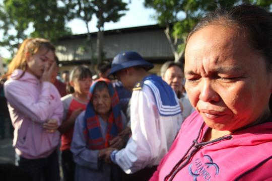 Một người mẹ không cầm được nước mắt khi thấy con phải đi xa