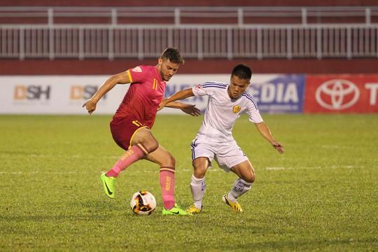 Khoảng trống mà trung vệ Thiago để lại khiến các cầu thủ CLB Quảng Nam gặp khó trong việc theo kèm hai ngoại binh của CLB Sài Gòn.