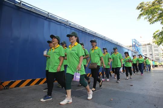 Riêng tại phố đi bộ Nguyễn Huệ hơn 1.000 cán bộ, công chức, viên chức và người lao động quận 1 đã tham gia chương trình đi bộ với lộ trình từ tượng đài Chủ tịch Hồ Chí Minh đi đến đường Tôn Đức Thắng và quay về tượng đài.