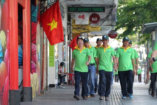Chủ tịch UBND quận 1 Trần Thế Thuận (ngoài cùng bên trái) cũng xuống đường cùng tham gia chương trình đi bộ trên vỉa hè nhằm đẩy mạnh việc thực hiện lập lại trật tự lòng lề đường, mỹ quan đô thị.