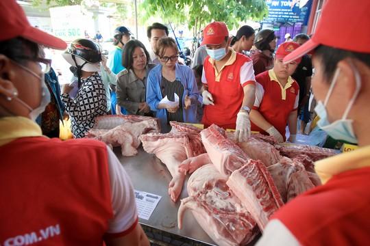 Chen nhau mua thịt heo cực rẻ 25.500 đồng/kg - Ảnh 3.