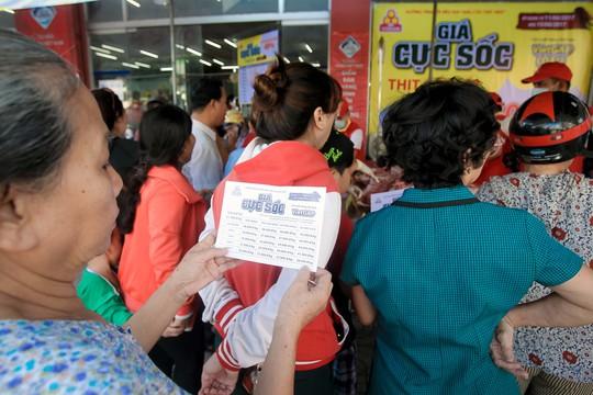 Chen nhau mua thịt heo cực rẻ 25.500 đồng/kg - Ảnh 6.