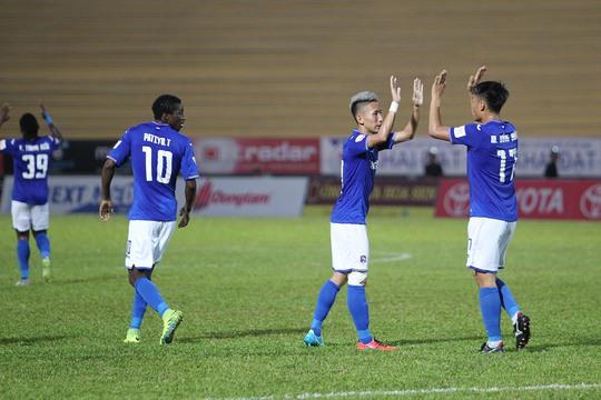 Nghiêm Xuân Tú ghi bàn ấn định giúp đội bóng Than Quảng Ninh có được chiến thắng 2-1 trước đội chủ nhà Long An.