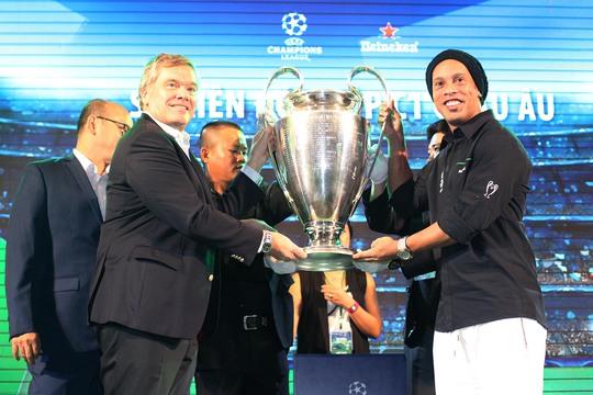 Danh thủ người Brazil nâng cao chiếc cúp Champions League cùng nhà tài trợ