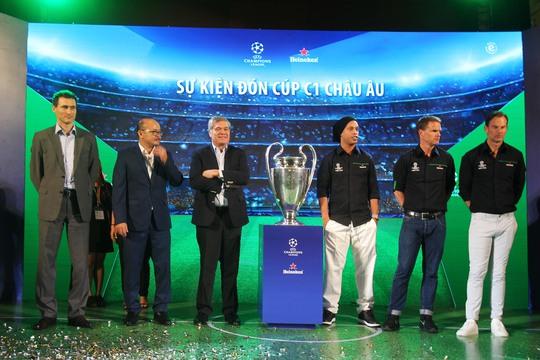 3 danh thủ chụp ảnh cho lễ rước cúp UEFA Champions League