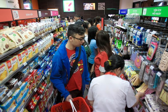 Cửa hàng 7-Eleven đầu tiên quá tải ngày khai trương - Ảnh 5.