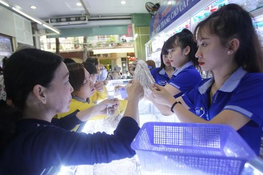 Chủ cửa hàng kinh doanh bạc Phú Thanh cho biết Đa phần cửa hàng tại đây bán sỉ cho khách. Tôi hy vọng sau khi ra mắt phố vàng, bạc, đá trang sức, nơi đây sẽ thu hút nhiều sự quan tâm của khách hàng cũng như du khách