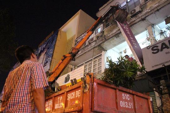 Biển hiệu của chi nhánh ngân hàng Agribank lấn chiếm vỉa hè bị tháo dỡ.
