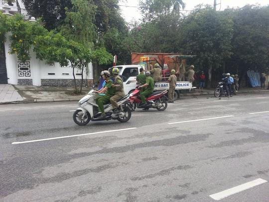Lực lượng chức năng phường Kim Long, TP Huế ra quân dọn dẹp vỉa hè sáng cùng ngày