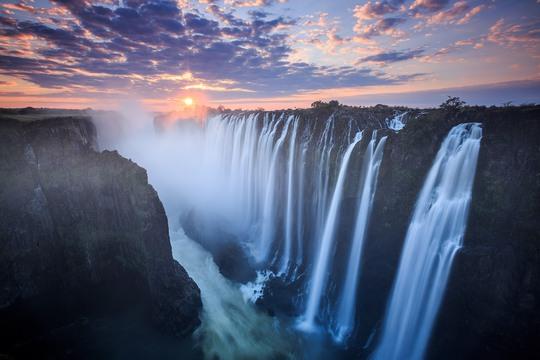 Thác Victoria nằm tại biên giới Zambia và Zimbabwe cực kỳ ấn tượng khi hoàng hôn buông xuống. Ảnh: Walkinmyshew