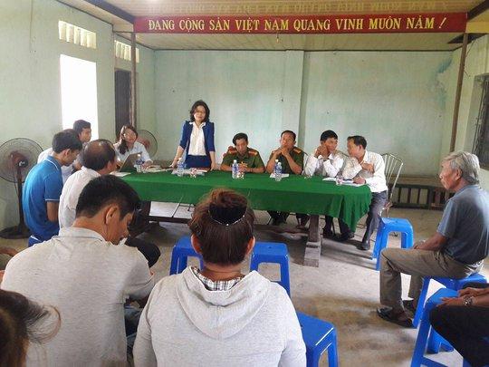 Việc bà Nguyễn Thị Thu Hiền (đứng) cho rằng báo chí không được tham dự khiến người dân phía dưới tỏ ra không đồng tình.