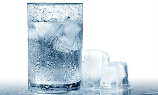 Sự thật uống nước lạnh sau ăn có hại tim? - Ảnh 2.