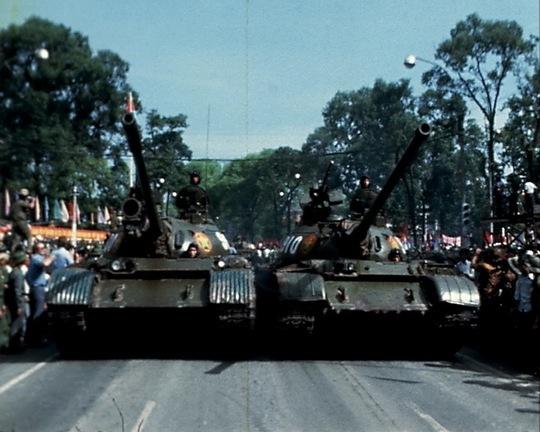 """Hình ảnh xe tăng quân giải phóng trên đường phố Sài Gòn trong ngày 30-4. Ảnh cắt từ phim """"Việt Nam: 30 ngày ở Sài Gòn"""""""