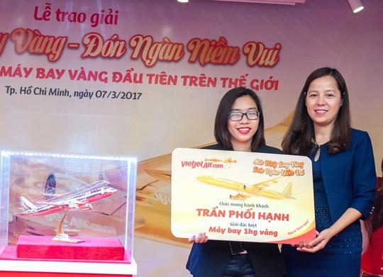 """Sáng 7-3 rất đông hành khách đã đến tham dự Lễ trao giải chương trình khuyến mại lớn nhất trong năm của Vietjet - """"Săn máy bay vàng, đón ngàn niềm vui""""."""