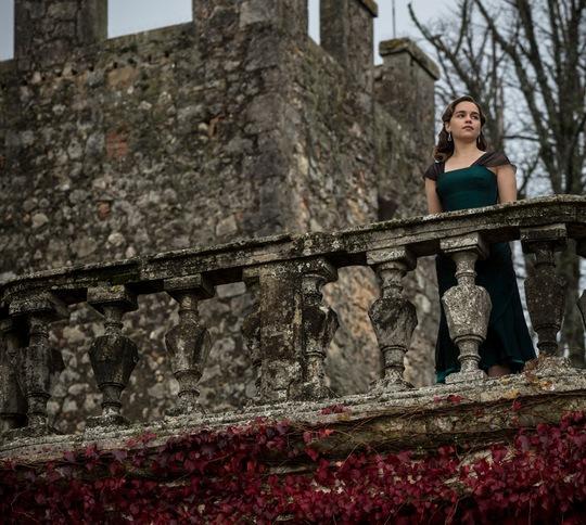 Emilia trong phim Tiếng vọng từ tường đá