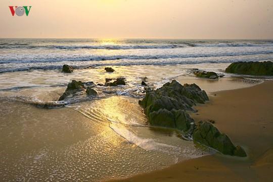 Ngắm vẻ đẹp của bãi biển hoang sơ dưới chân đèo Ngang - Ảnh 2.