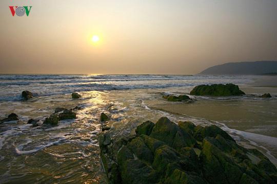 Ngắm vẻ đẹp của bãi biển hoang sơ dưới chân đèo Ngang - Ảnh 3.