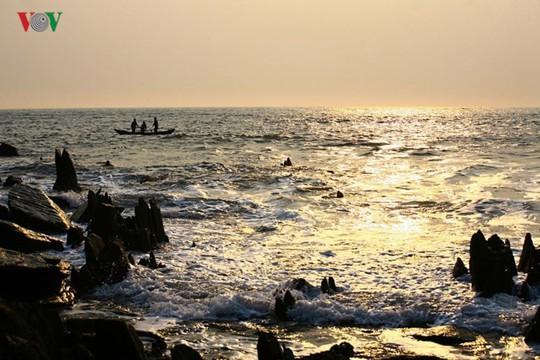 Ngắm vẻ đẹp của bãi biển hoang sơ dưới chân đèo Ngang - Ảnh 6.
