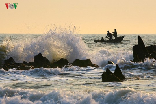 Ngắm vẻ đẹp của bãi biển hoang sơ dưới chân đèo Ngang - Ảnh 8.