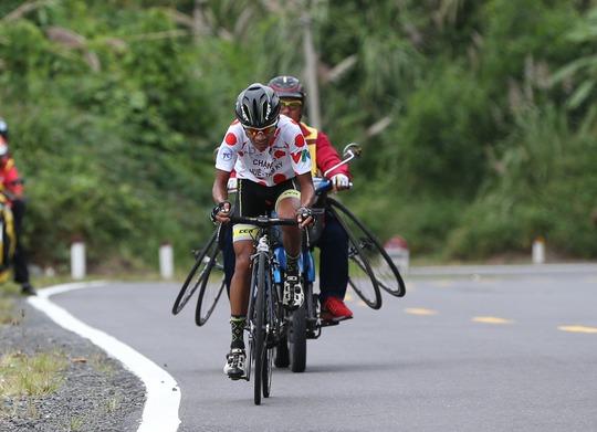 Đứt sên giữa đèo, Loic mất Áo vàng Giải xe đạp VTV - Ảnh 4.