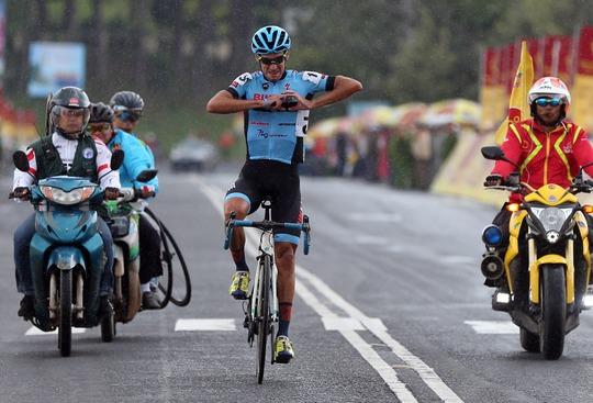 Đứt sên giữa đèo, Loic mất Áo vàng Giải xe đạp VTV - Ảnh 7.