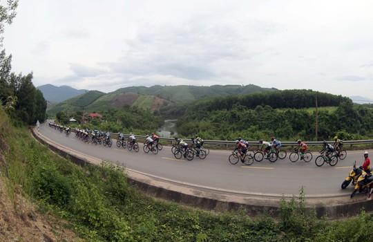 Đứt sên giữa đèo, Loic mất Áo vàng Giải xe đạp VTV - Ảnh 2.