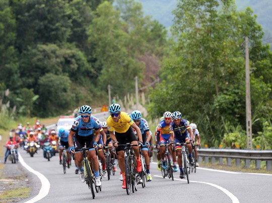Đứt sên giữa đèo, Loic mất Áo vàng Giải xe đạp VTV - Ảnh 1.