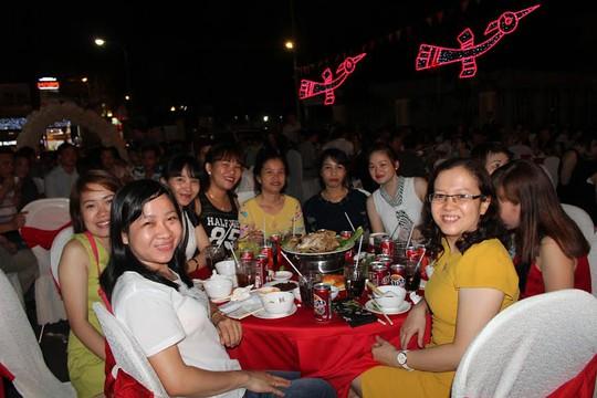 Công nhân hào hứng khi tham gia tiệc tất niên do Công ty TNHH D.I tổ chức