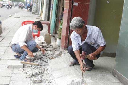 Tự phá bục đệm trước một căn nhà trên đường Võ Văn Kiệt, phường Cô Giang