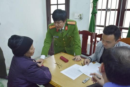 Bà Phạm Thị Xuân tại cơ quan công an