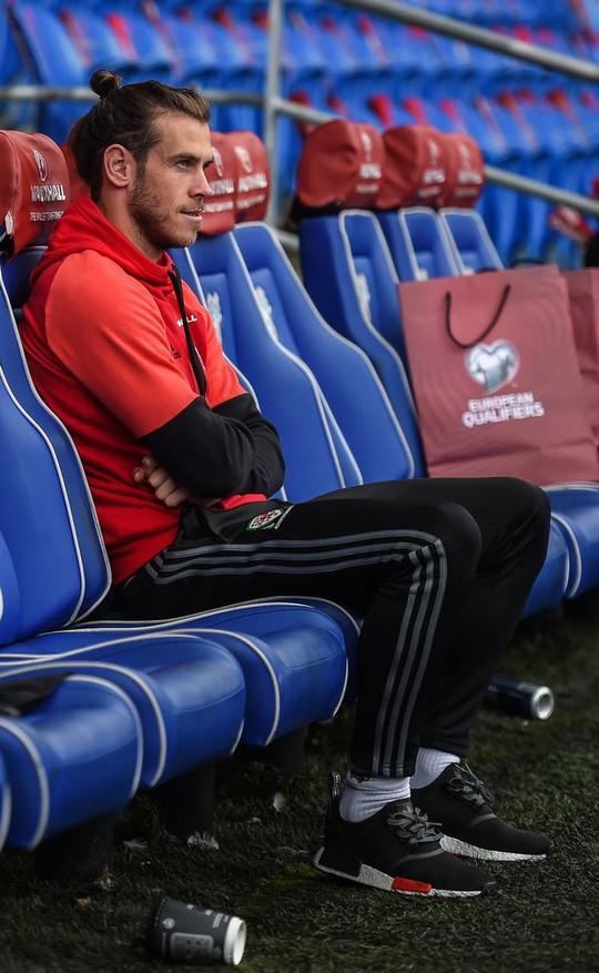 Bale và đồng đội chết lặng khi mất vé dự World Cup - Ảnh 1.