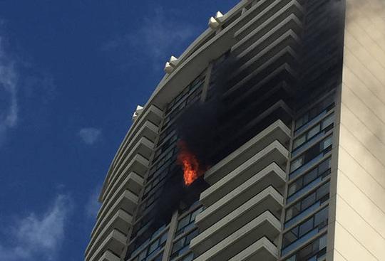 Mỹ: Cháy tòa nhà 36 tầng, 3 người thiệt mạng - Ảnh 2.