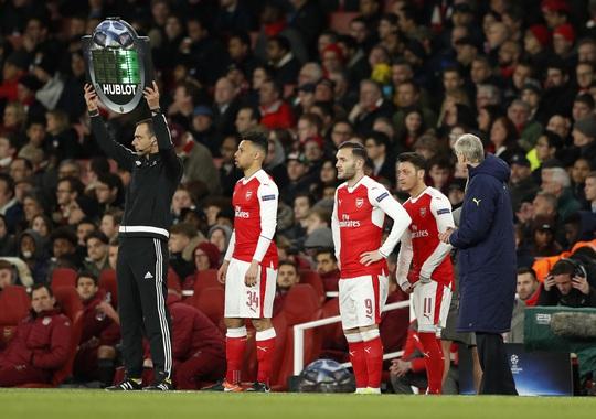 Nội bộ Arsenal đang rối bời dù HLV Wenger vẫn nói cứng về tương lai của ông với sân Emirates Ảnh: REUTERS