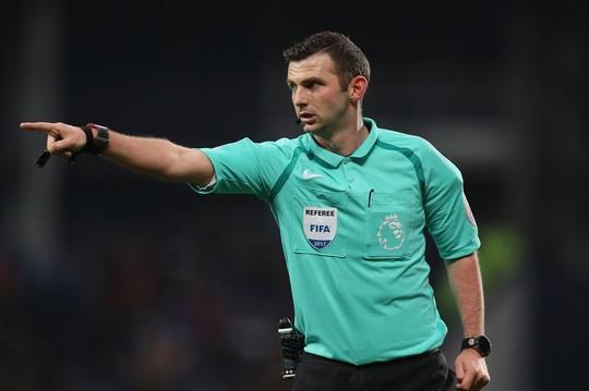 Trọng tài khắc tinh của M.U thổi trận derby Manchester - Ảnh 1.