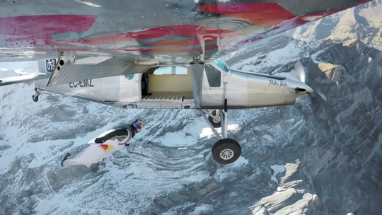 """Lao từ đỉnh núi, """"người bay"""" đáp vào máy bay trên không - Ảnh 4."""