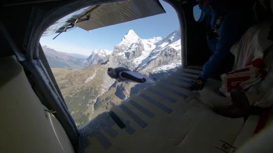 """Lao từ đỉnh núi, """"người bay"""" đáp vào máy bay trên không - Ảnh 6."""