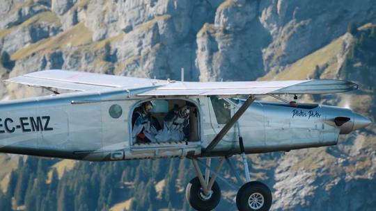 """Lao từ đỉnh núi, """"người bay"""" đáp vào máy bay trên không - Ảnh 8."""