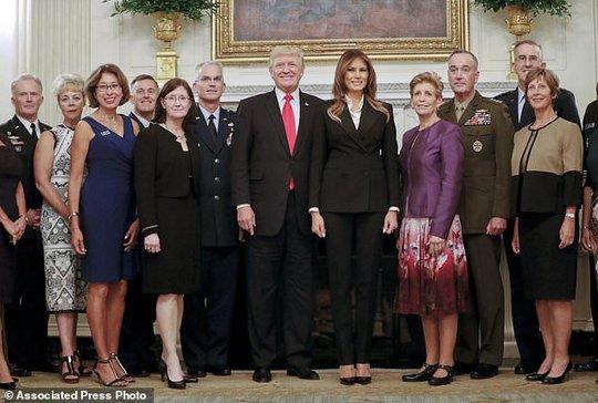 Ông Donald Trump chụp ảnh cùng các trợ lý quân sự cấp cao nhất và vợ của họ. Ảnh: AP
