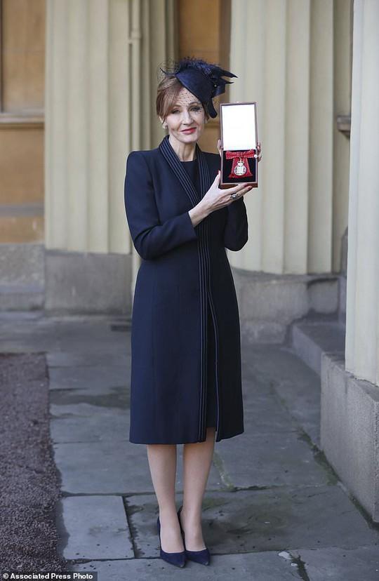Mẹ đẻ Harry Potter lại được vinh danh - Ảnh 2.