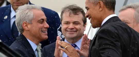 Ông Obama đùa cùng với Thị trưởng Chicago Rahm Emanuel. Ảnh: AP